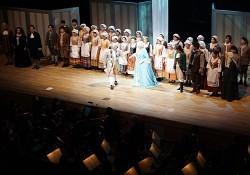 「フィガロの結婚」の熱演を終え、惜しみない拍手にカーテンコールで応える出演者