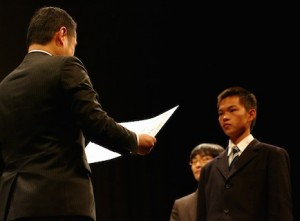 グランプリ表彰を受ける長崎創成館高等学校のYUDAIさん