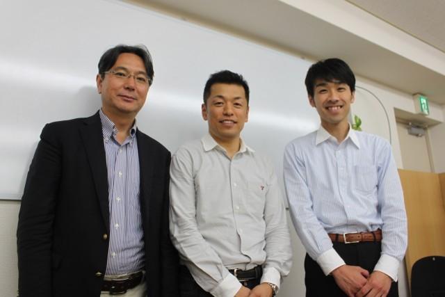 個別指導塾TOCOの信田貴仁代表(中)。リアルパートナーズの安多秀司代表(右)と小倉政彦取締役(左)とともに。