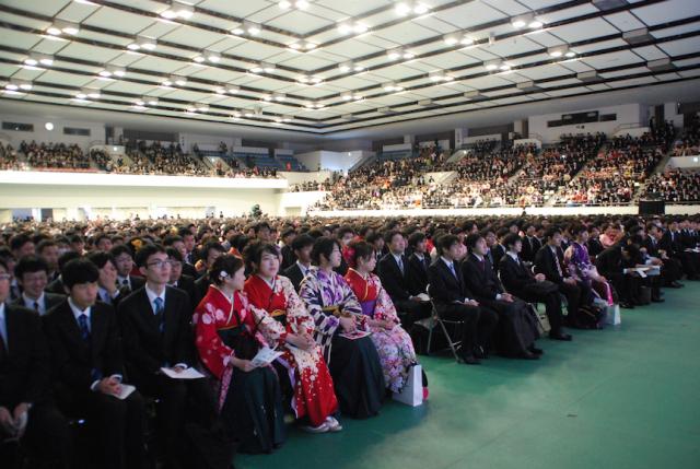 7,000人を越える卒業生を迎えた近畿大学卒業式