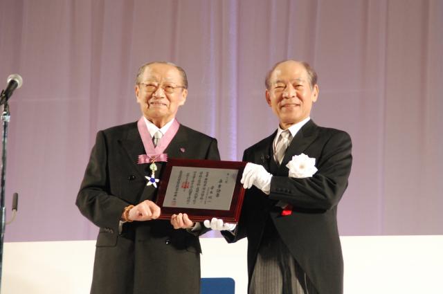名誉学位記を授与される竹本住大夫氏(左)と塩崎均学長