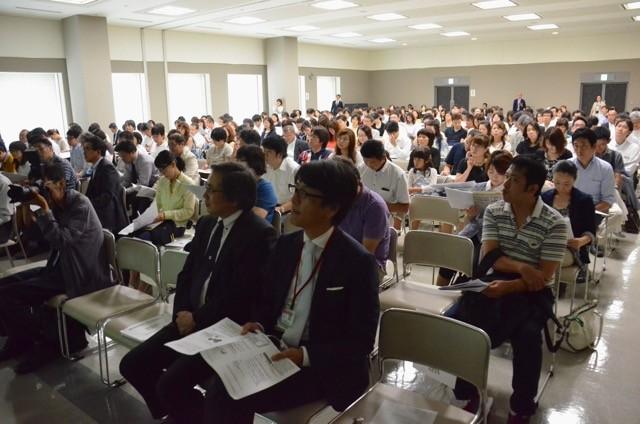 「変わる大学入試」の説明会には約300名の小学生の保護者らが参加した