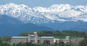 片山学園中学校・高等学校は立山連峰に抱かれるように佇む