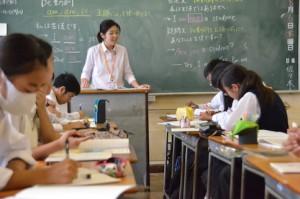 瑞穂二中では生徒一人ひとりの学力に合わせたテキストを使用する