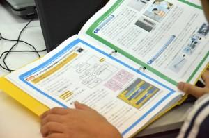 テキストには、プログミングに必要なデータを自分で調べ、記述する項目もある。