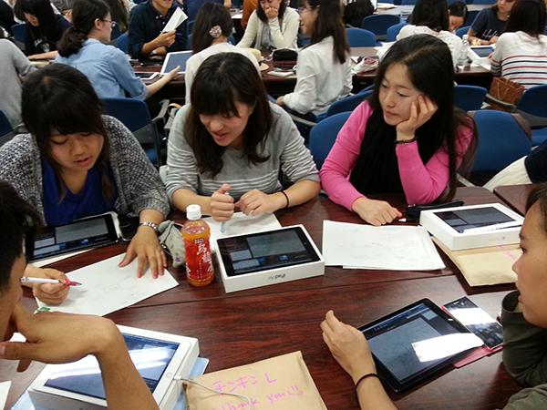 ひかりクラウド スマートスタディを用いたアクティブ・ラーニング型の授業風景