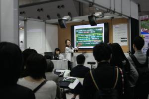ヤマハの模擬授業の様子。多くの人が注目していた