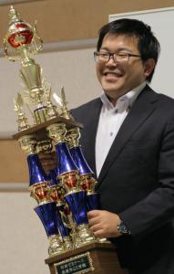 優勝トロフィーをかかげる森﨑先生