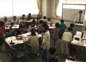 特別な記憶法についての講義を受け、グループで実践する親子特別授業