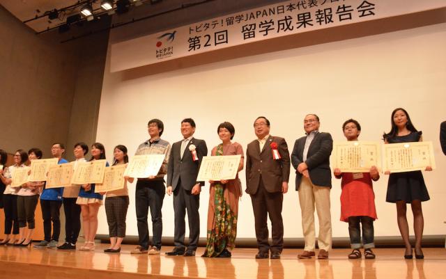 代表派遣留学生プレゼンテーションをした学生たちと審査員。
