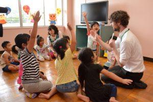 松戸市は全公立保育所17か所でネイティブ講師による「英語あそび」を開始した。