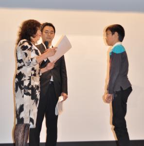 大賞受賞者に賞状を授与する審査員長池田あきこ氏