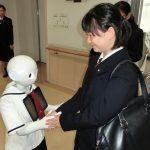 Pepperと握手する生徒